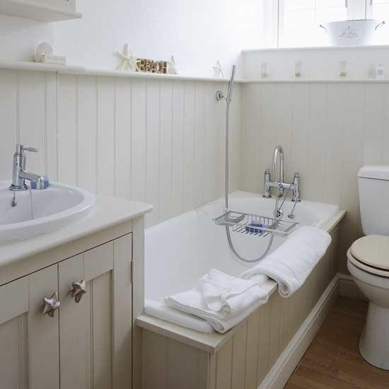 Kumsal temalı bir banyo
